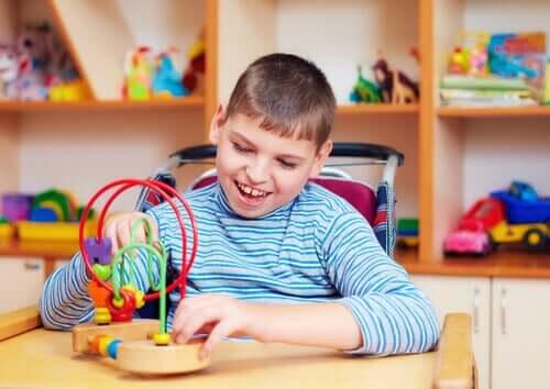 Un enfant autiste qui joue pendant la quarantaine