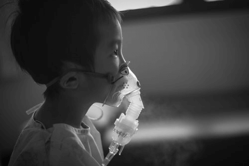 Un enfant souffrant de la pneumonie avec un respirateur