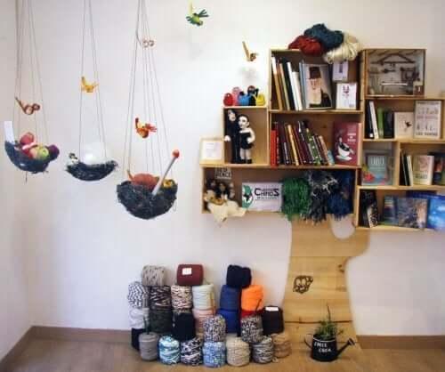 Des étagères en forme d'arbre dans l'espace d'étude des enfants