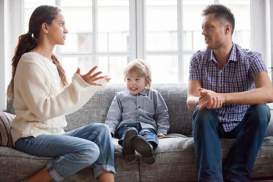 Une famille en pleine discussion pour réinstaurer l'harmonie