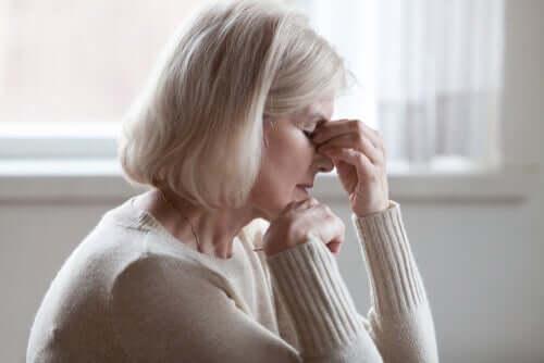 Une femme âgée anxieuse à cause de la somatisation