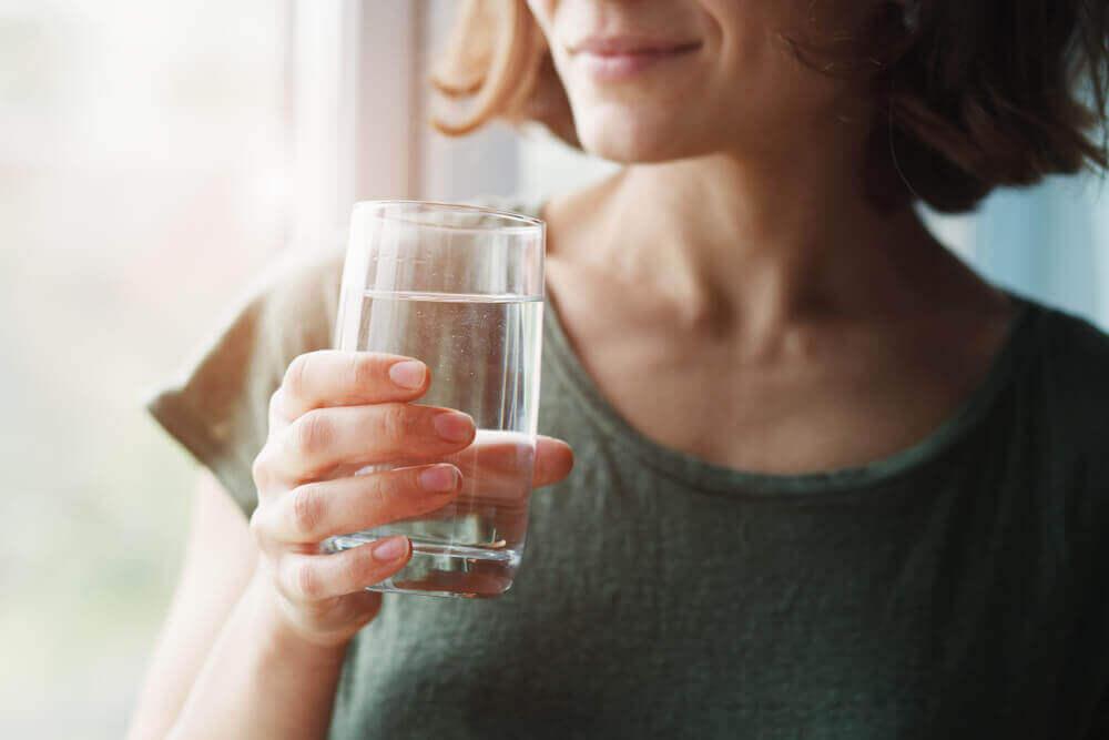 Boire de l'eau chaude pour lutter contre le coronavirus ?