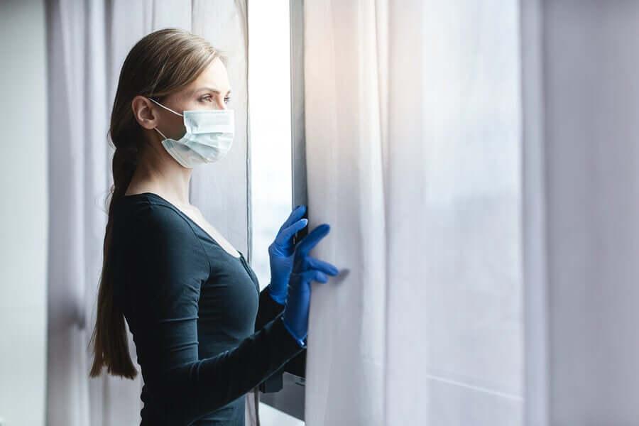Une femme portant un masque pour respecter la distanciation sociale