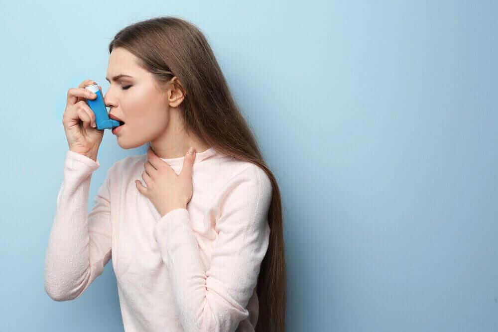 Une femme prenant soin de sa santé respiratoire avec de la Ventoline