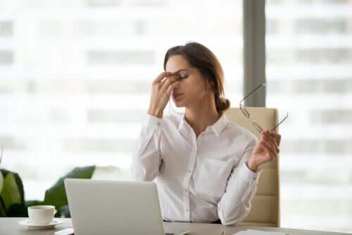 Une femme ayant une mauvaise santé oculaire