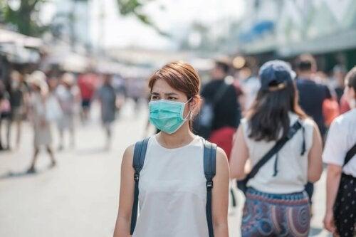Un supercontaminateur portant un masque pour protéger les autres