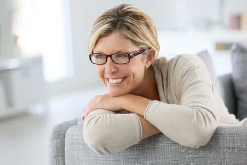 Une femme vivant bien la pré-ménopause