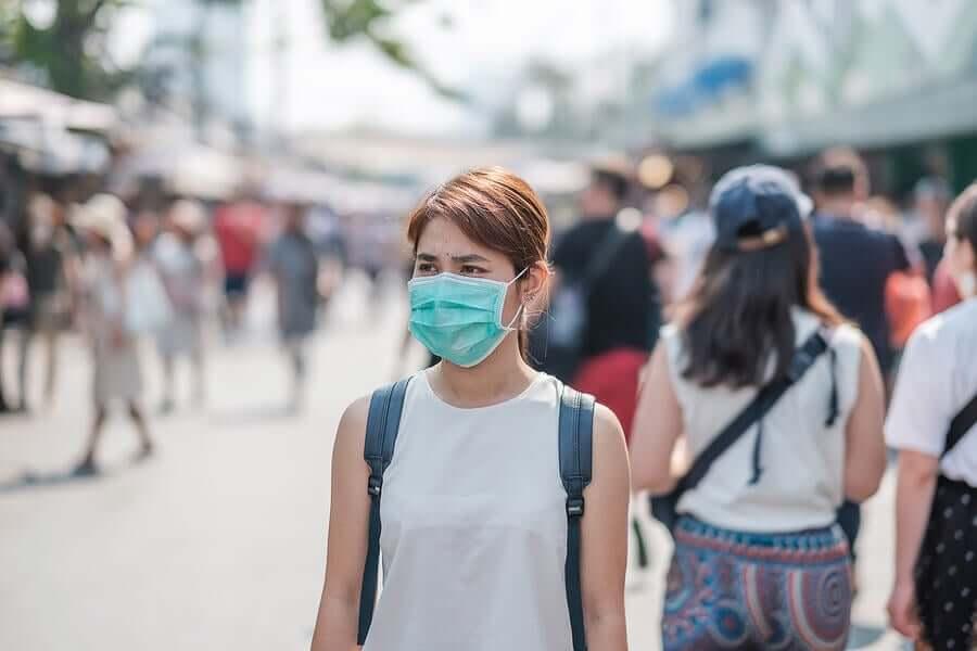 Dans la rue, il est important de porter des masques pour se protéger du coronavirus