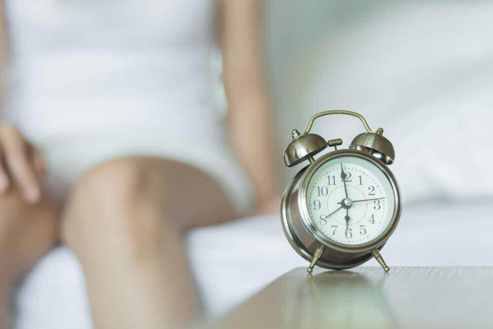 Une femme avec un réveil qui représente l'harmonie