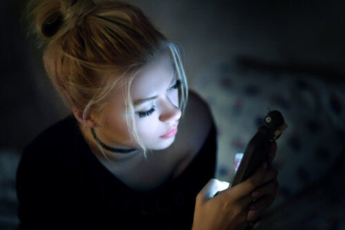 Regarder des écrans dans un environnement sombre est mauvais pour la santé oculaire