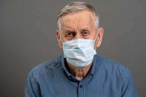 Un homme atteint de démence se protégeant avec un masque face au coronavirus