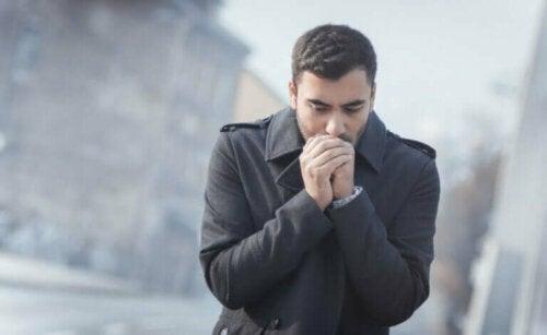 Un homme qui a froid aux mains