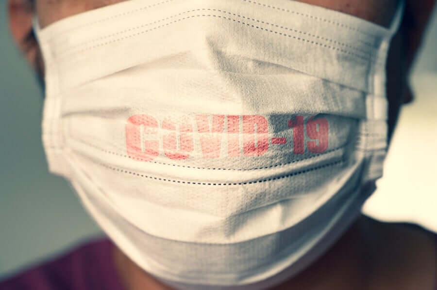Une personne portant un masque