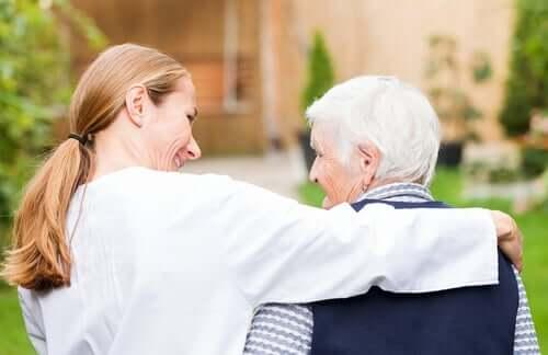 Un médecin et une personne âgée souffrant de la démence LATE