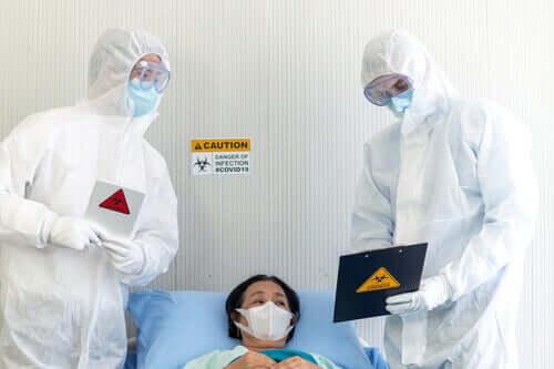 Deux professionnels de la santé traitant une patiente atteinte du coronavirus