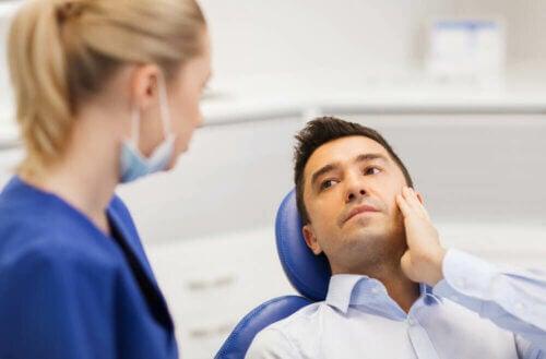 Un homme en consultation pour ses dents de sagesse