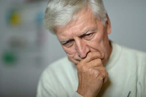 Un homme âgé inquiet par rapport au confinement