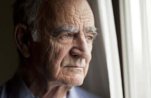 Une personne âgée isolée pendant le confinement