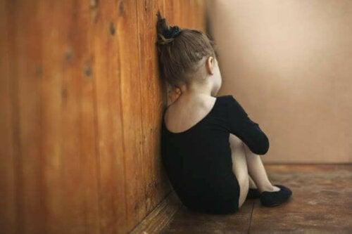 Une petite fille qui souffre d'autisme