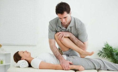 Une séance de physiothérapie pour traiter une radiculopathie