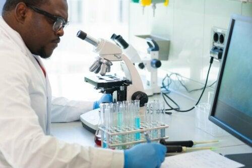 Un scientifique qui fait des analyses PCR