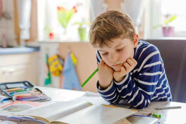 Quelques travaux manuels pour organiser l'espace d'étude des enfants