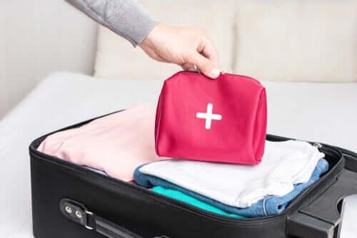 Que faut-il mettre dans sa trousse à pharmacie de voyage ?