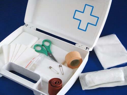 La préparation d'une trousse à pharmacie de voyage