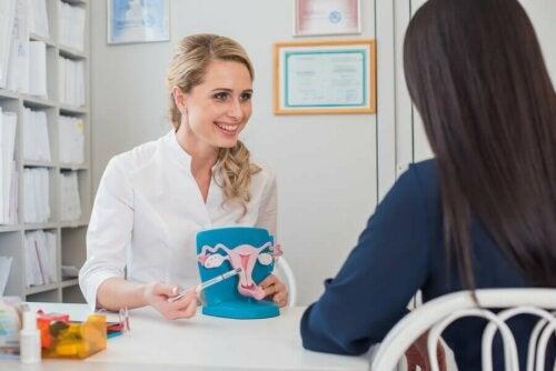 Une femme chez sa gynécologue pour une hystérectomie