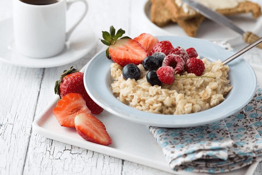 Un petit déjeuner sain à base d'avoine et de fruits