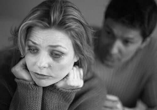 Un homme tentant de soutenir sa femme en dépression