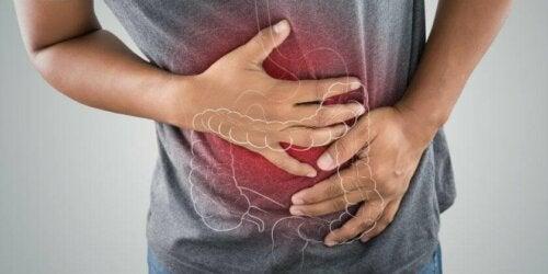 Un homme qui souffre d'une maladie inflammatoire intestinale