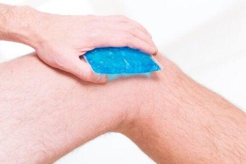 L'application de froid pour apaiser la douleur du genou du coureur