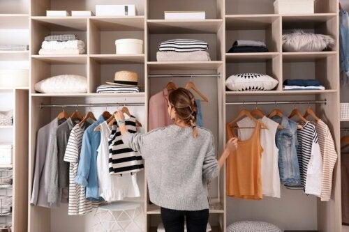 Quelques conseils pour éviter l'accumulation de vêtements dans son armoire