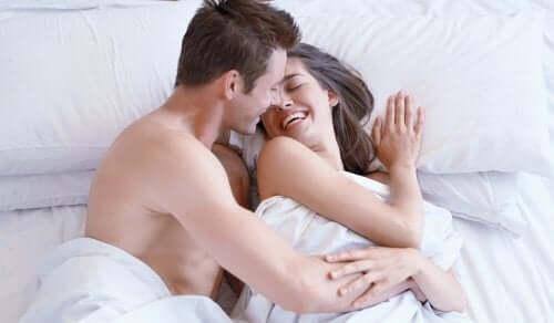 Un couple après le sexe matinal