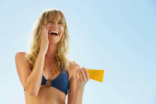 La crème solaire est le complément idéal des crèmes dépigmentantes