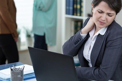 Une femme au bureau ayant un travail sédentaire