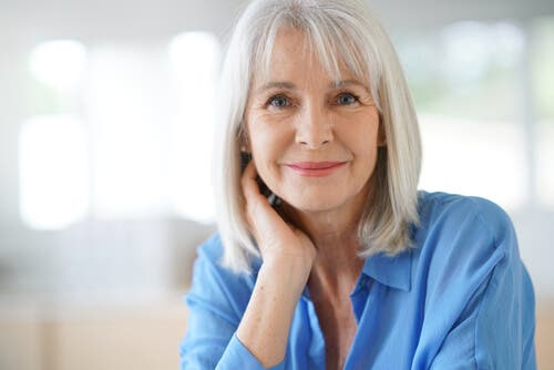 Une femme ayant des cheveux blancs