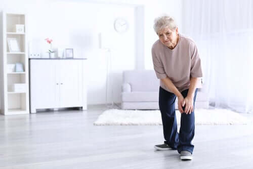 Une femme âgée souffrant d'arthrite au genou