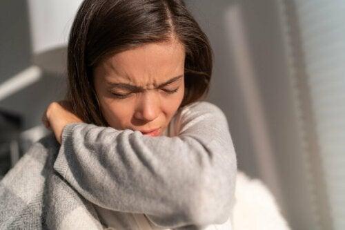 Une femme souffrant de réactions allergiques qui éternue