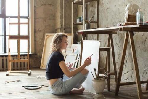 Une femme en train de peindre un tableau pour rompre la monotonie