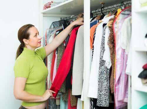 L'accumulation de vêtements d'une femme