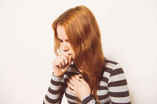 Une jeune fille ayant une toux associée au rhume
