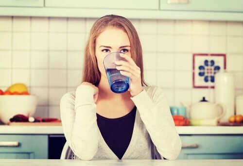 Femme qui boit un verre d'eau