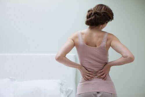 Une femme qui a des maux de dos car elle souffre de fibromyalgie