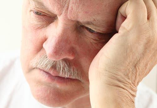 Un homme âgé ayant un rythme du sommeil perturbé