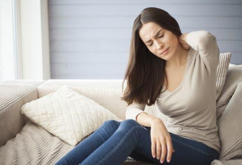Une femme qui souffre de fibromyalgie, une maladie liée à la flore intestinale