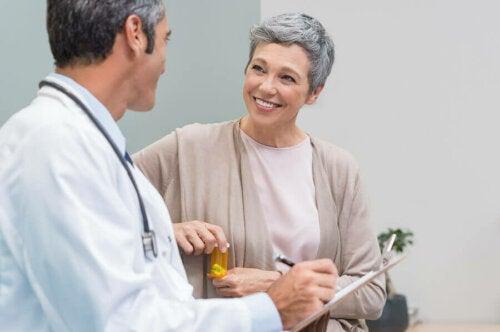 Une femme en âge de périménopause chez le médecin