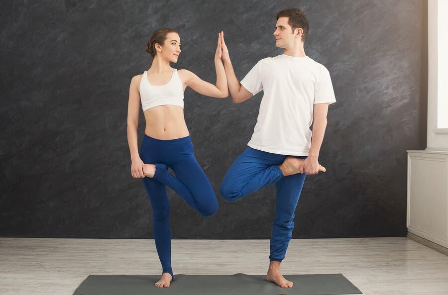 Le yoga pour les couples : un moyen de renforcer votre relation