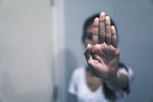 Une femme qui dit stop aux violences psychologiques
